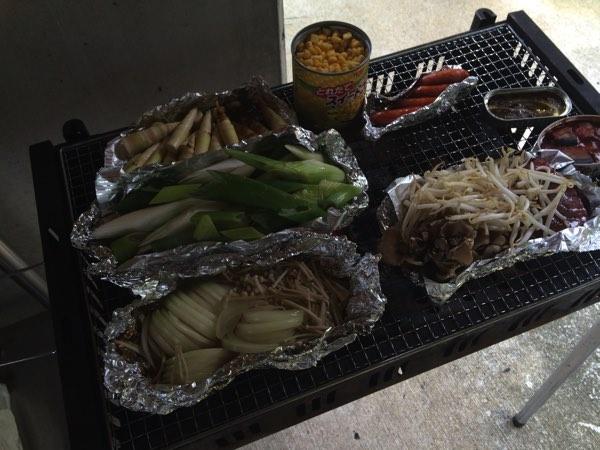 野菜に筍、きのこに缶詰などをホイルにのせて焼きます